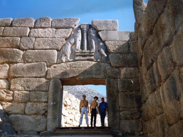 Con amici sotto la Porta dei leoni di Micene; il primo da sinistra 1997